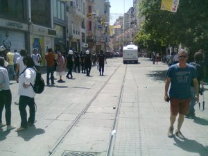 İstiklal.  The chanting demonstrators are beyond the police tank.